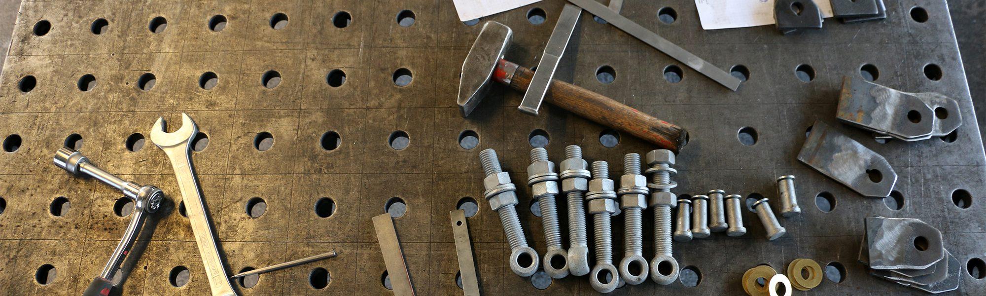 Schweißtisch mit Werkzeug und Schrauben